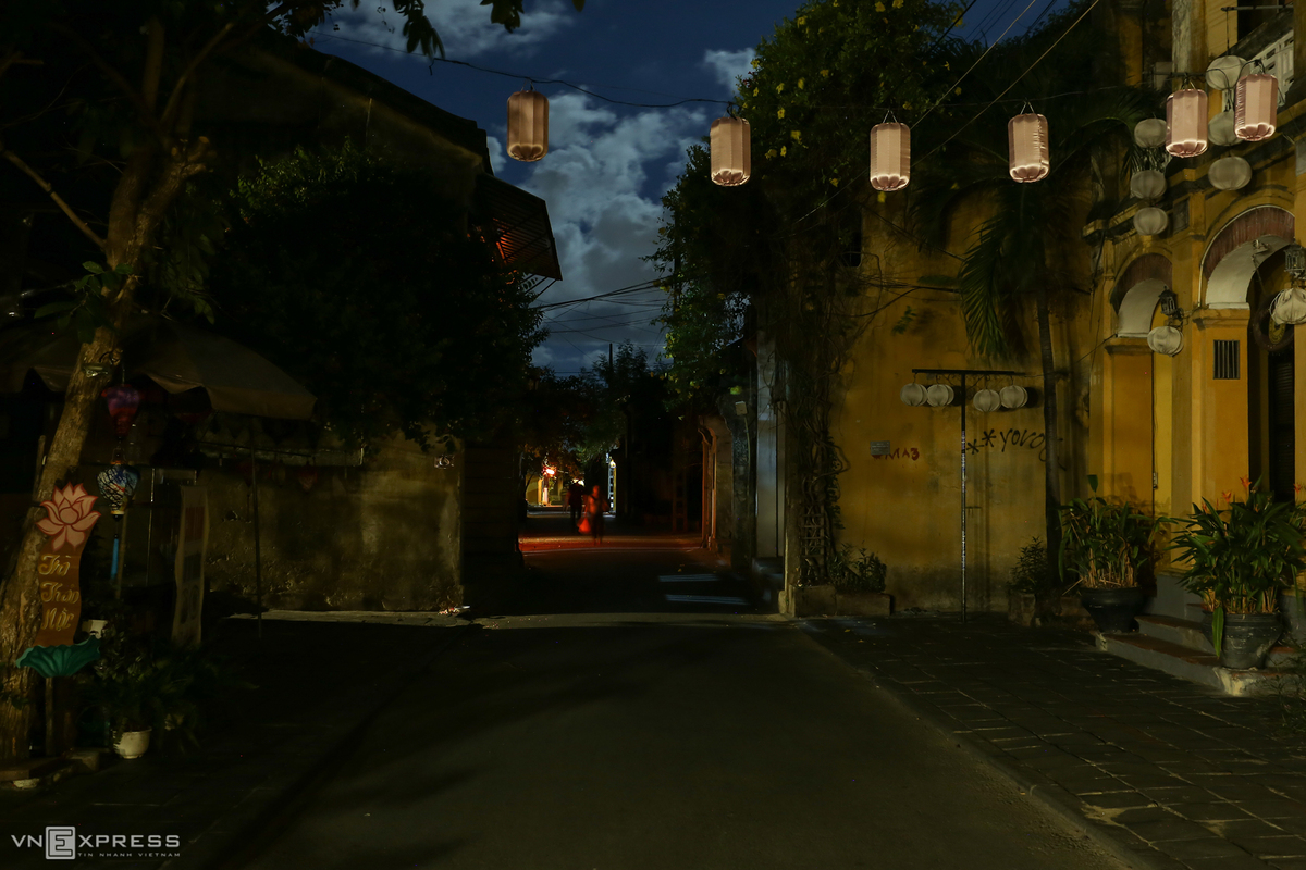 Hoi An glows lonely in Mid-Autumn moonlight