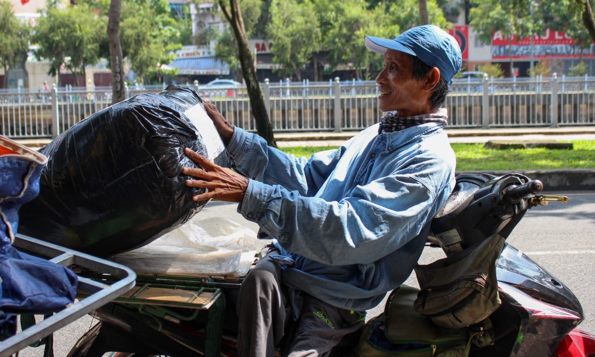 After stacking packages of goods onto his bicycle, the man carefully tight them with ropes. Last month, he had to spend VND300,000 to make up for a client whose goods were dropped during transportation. The client told him not to pay, but Long insisted. Even I am disabled, I must try my best at work to receive my salary. I lost their goods, so I have to make it up for them, I cannot use my disability as an excuse for their sympathy, they also have to work hard, Long said, adding he is afraid of bags containing durians and jackfruit since they can be drop easily.