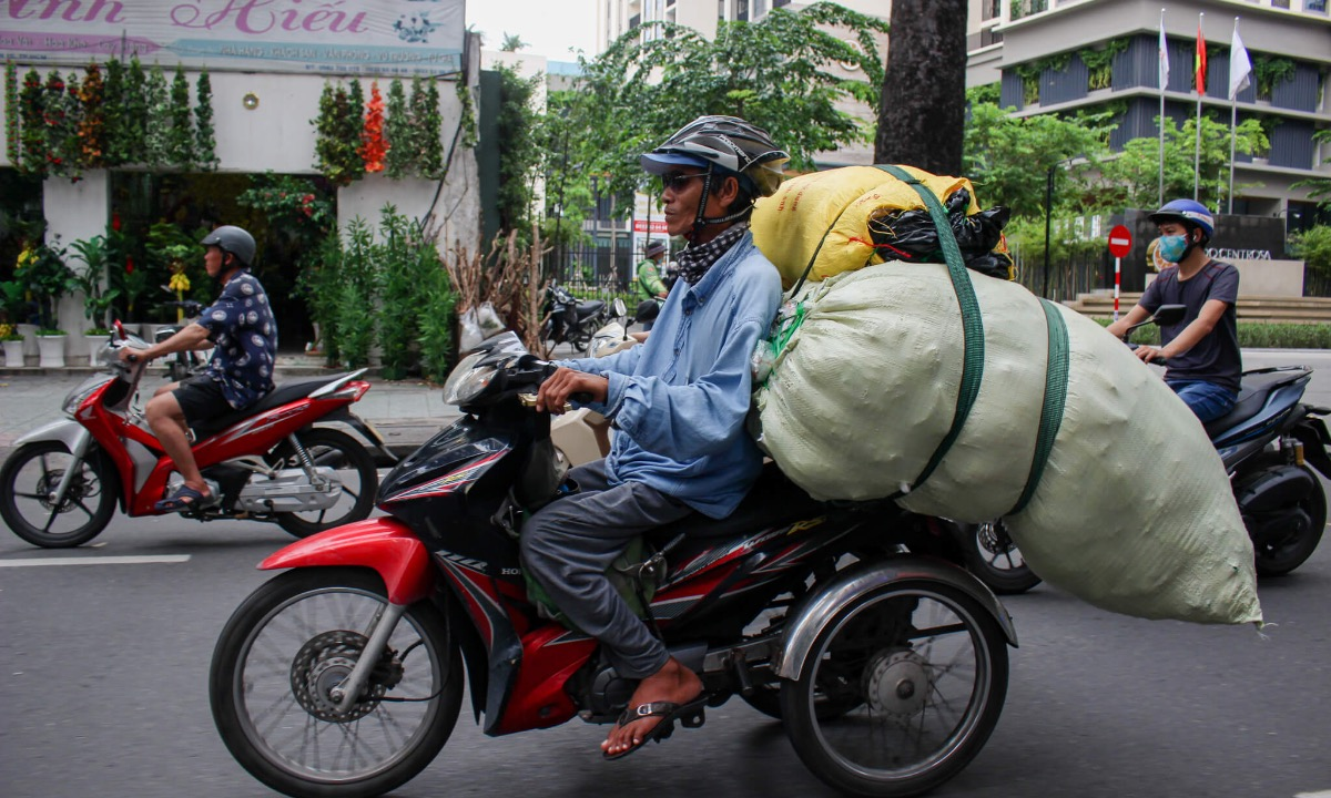 On September 26, 2020, he delivers some rice papers from Mien Dong Bus Station to District 11s Lu Gia Street. The 13-km trip gives him VND150,000. Thanks to the lightweight rice paper, he can pack up and deliver them with one trip. Normally, when goods are too heavy, he has to travel twice, without charging his customers for more money. I usually travel during lunchtime because streets are quieter during these hours. I deliver big packages of goods, taking too much space, so if I travel in the afternoon with traffic jams, other people will be affected, Long said.
