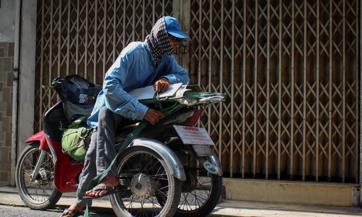 It has been two days the man has no patrons, he often sits at a cafe near the bus station, using social networks to see whether there are any people who need delivery service, but he is always slower than others.The disabled man enjoys doing charity works. More than ten years ago, when his arm was almost paralyzed, a friend showed him how to make medicinal liquor for treatment. Since then, he usually makes it to give and sell to those in need.  Long has also stopped receiving gifts from donators, saying he can still earn money.  But in the Covid-19 pandemic, people still remember me and were afraid that I was in difficulties, so they sent me rive and instant noodles, Long said.