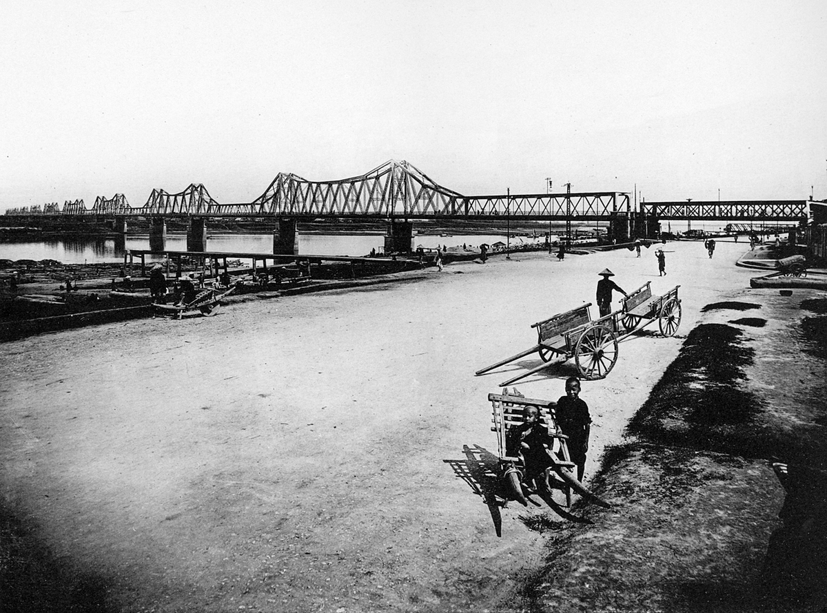 The 2.29-kilometer Long Bien Bridge, which connects the downtown district of Hoan Kiem with Long Bien District, was built between 1899 and 1902 by the French during their colonial rule. The bridge was initially called the Doumer Bridge after Paul Doumer, the French governor-general of Indochina in 1897. At the time of construction it was one of the worlds longest bridges. After the country's liberation it was renamed Long Bien Bridge.In the late 19th century, some French, including Pierre Dieulefils went to Vietnam to study about Vietnamese culture. 261 of his photos, taken in Vietnams three regions in North, Central and South were printed in the book Beautiful and magnificent Indochina released last August.