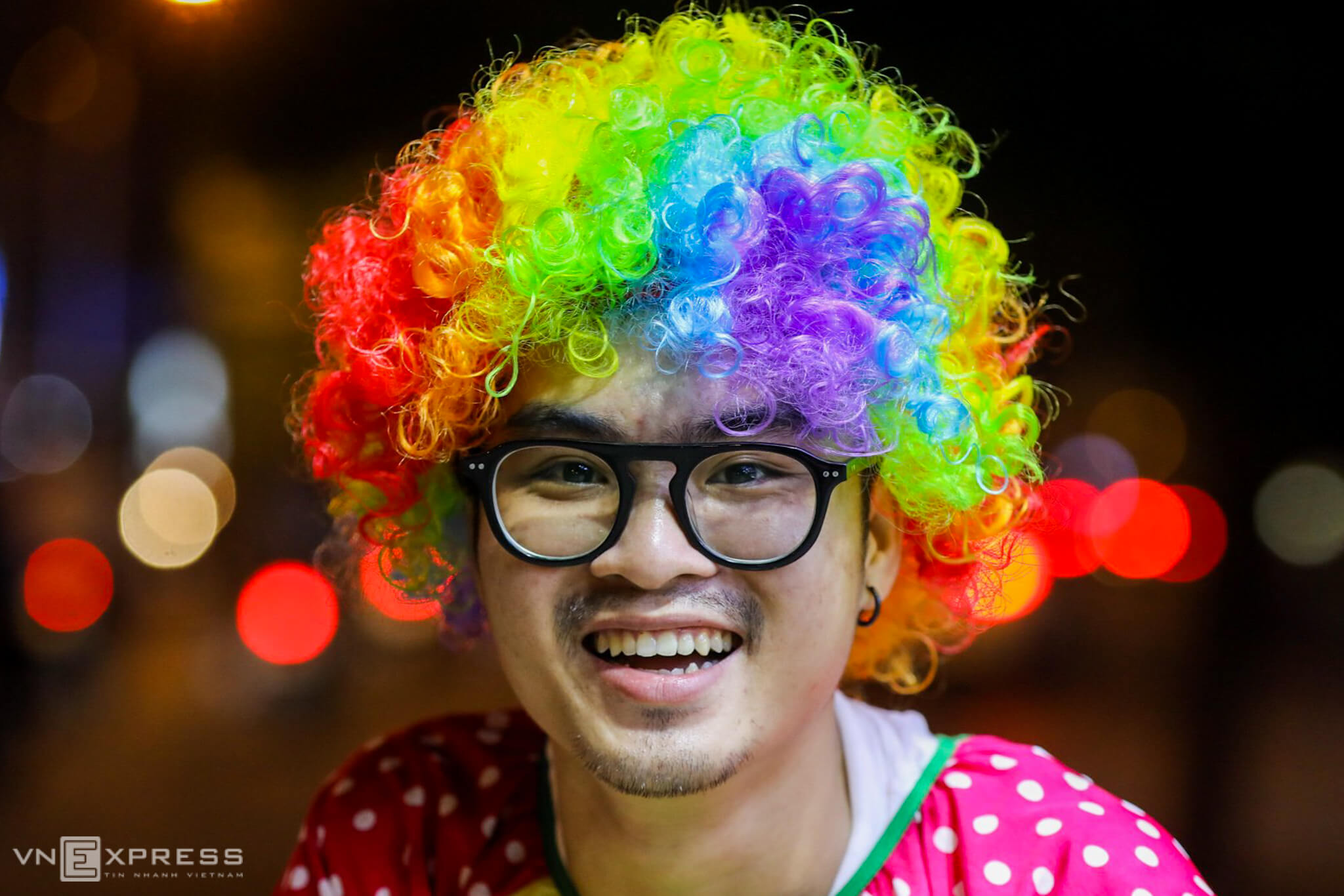Jester barber cuts poor Saigonese some slack
