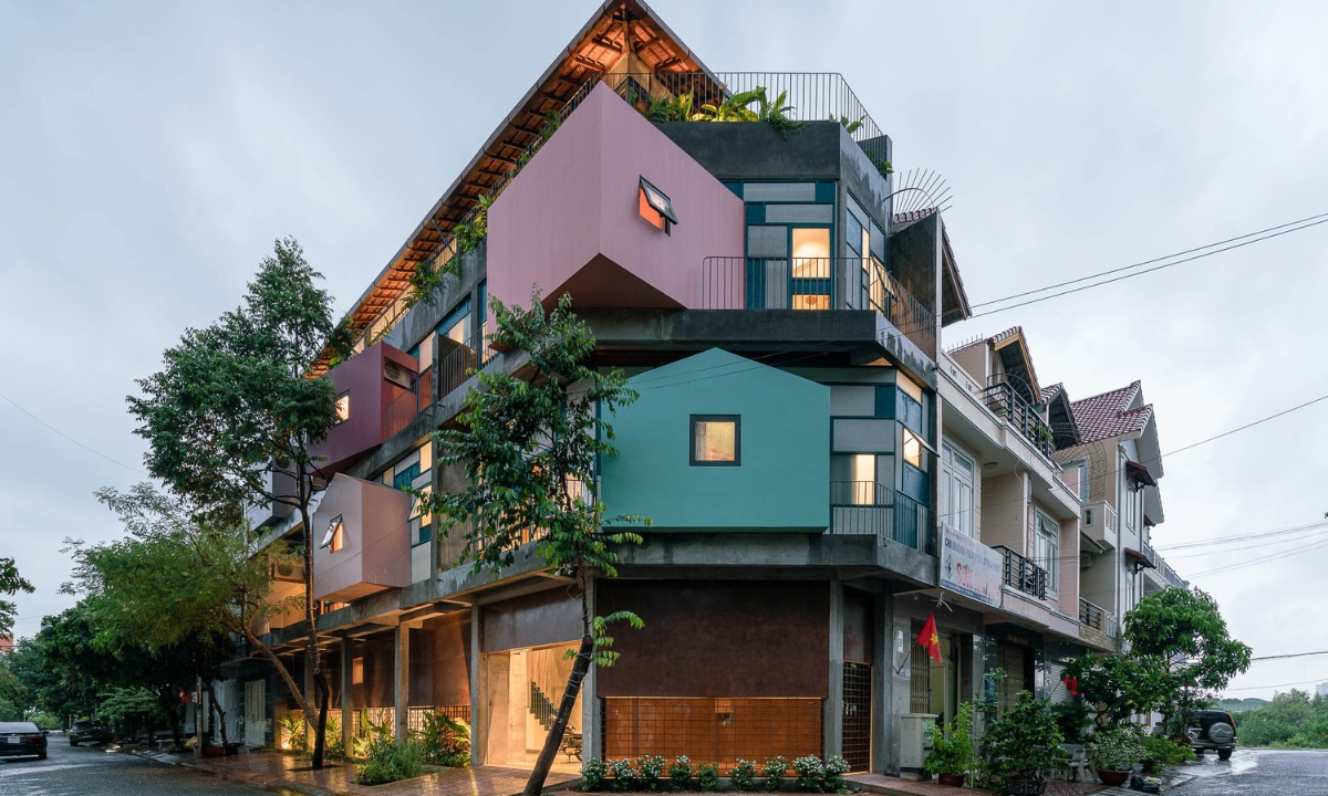 On a 112-meter-square plot in southern Ba Ria - Vung Tau Province, a family wanted to renovate their house to create maximum space and usable area, as well as make the most of the green space. Architects decided to use lightweight structures with iron frames, glass and cementboards to change the internal space and save costs in terms of both materials and construction labor.