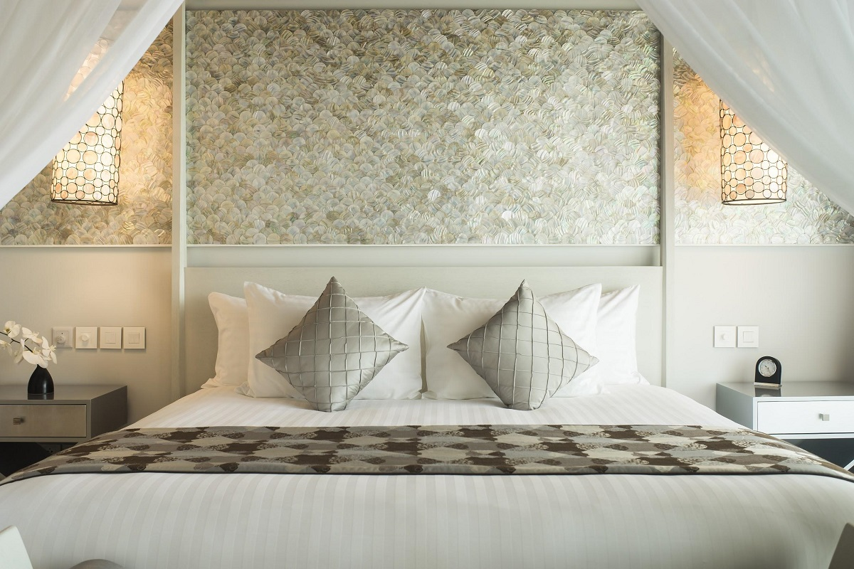 An elegant color palette of soothing whites in Pearl Suite Villas is enhanced by the understated shine of the wall, made entirely of natural mother of pearl shells.