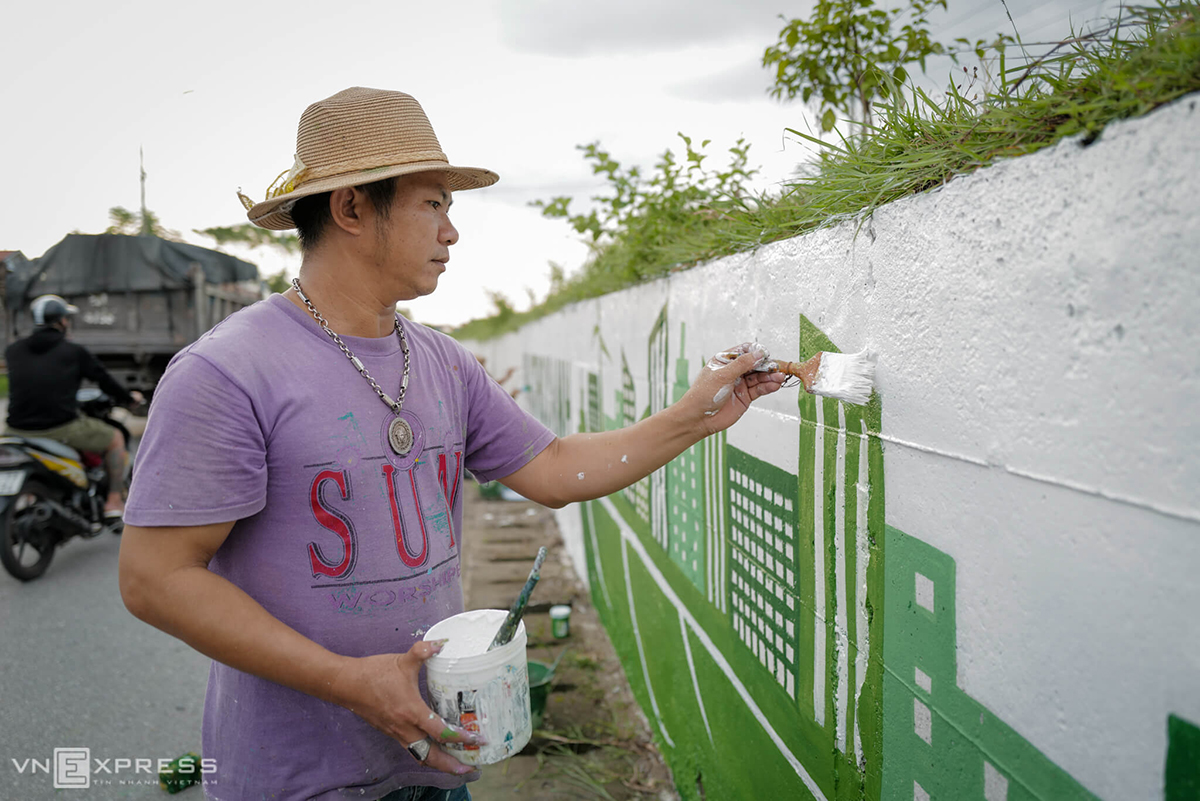 Tran Van Nam, head of the artist group that paint the mural, said the process of carrying the project has been suspended for a while due to the rains and are expected the entire mural is expected to be completed in a few days.