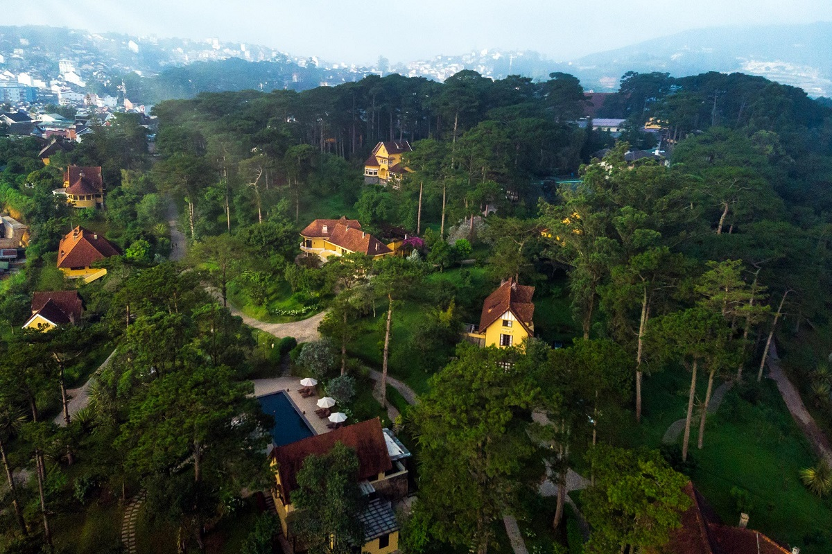 Built by the French residents in 1920 during the French colonial times, the mansions lie on a pine hill to the northwest of Da Lat, 2.5 kilometres from the town's main market. It spreads over 17 hectares, which is now repurposed to become a resort area under the name of Ana Villas Dalat.