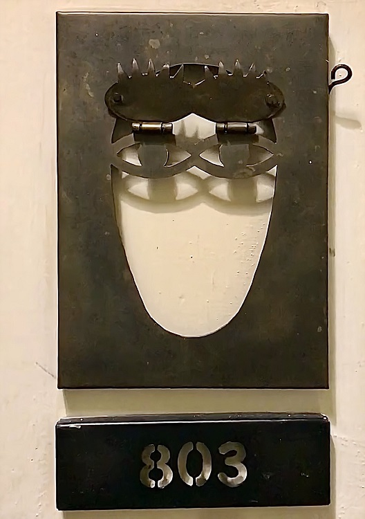 Each room in the mansions has a unique do-not-disturb sign resembling a human face. If the 'eyes' are covered, it means the occupants do not want to be disturbed.
