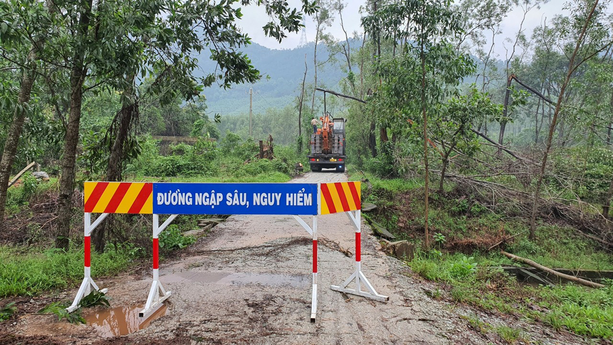 Authorities erect signs to warn of heavily flooded roads leading into the Rao Trang 3 hydropower plant site in Thua Thien-Hue Province, October 13, 2020. Photo by VnExpress/Dac Thanh.