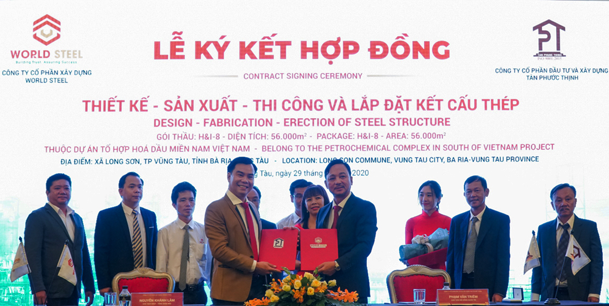 Nguyen Khanh Lam, Chairman and CEO of World Steel Construction Joint Stock Company (L) and Pham Van Triem, Chairman of Tan Phuoc Thinh Investment & Construction Joint Stock Company (R), at the contract signing ceremony.