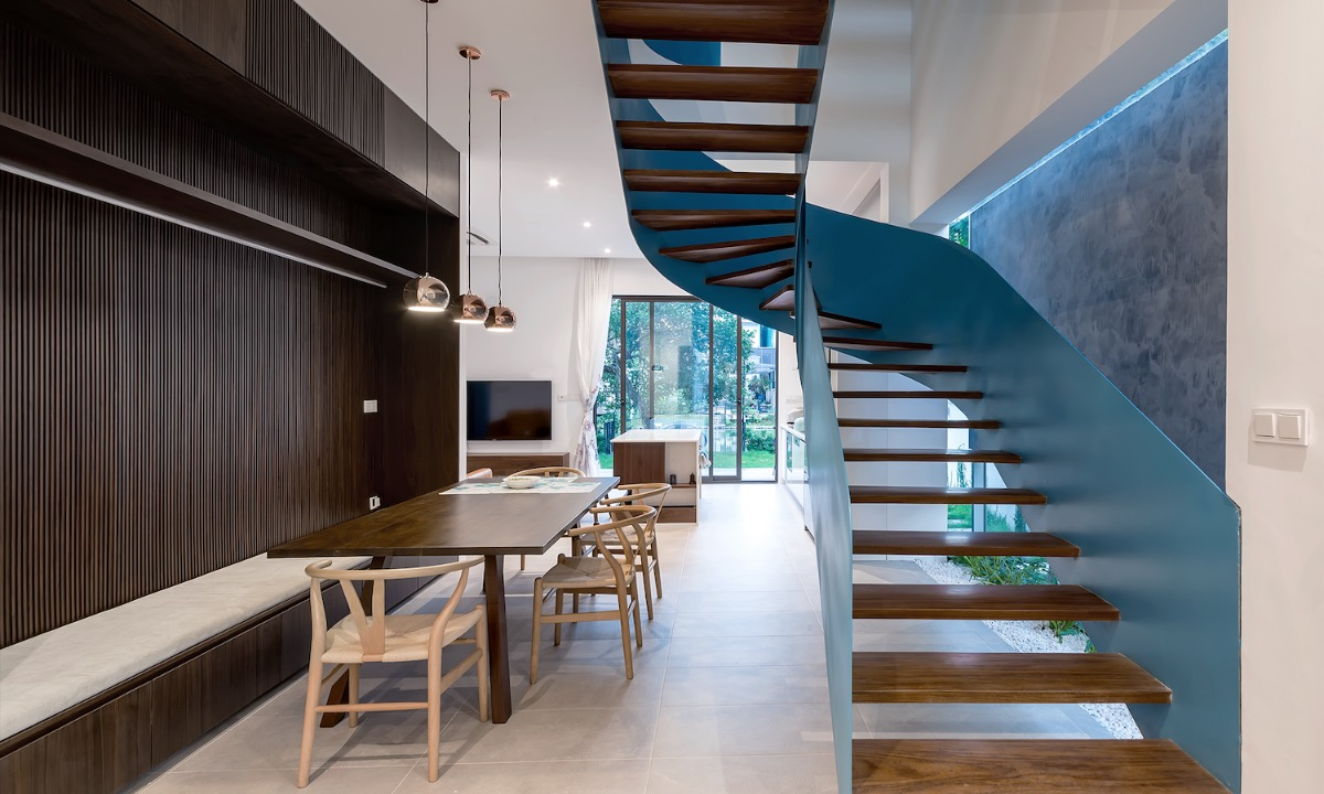 A blue staircase with a gentle design brightens the indoor space of a semi-detached villa in a busy neighborhood in Hanoi. In the longest run, the upper part n tr