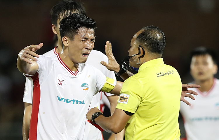 Viettel FC captain Bui Tien Dung confronts referee Vu for his mistake. Photo by VnExpress/Duc Dong.