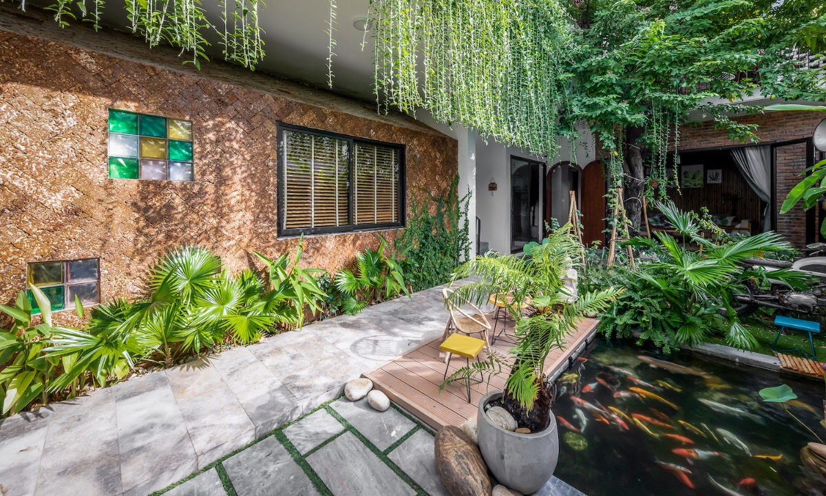 The house must ensure that the wind is circulated throughout, so architects divided it into three main blocks (working space, living space and garden) with a lot of greenery, which combines with the koi pond in the garden to keep the house cool on hot summer days.