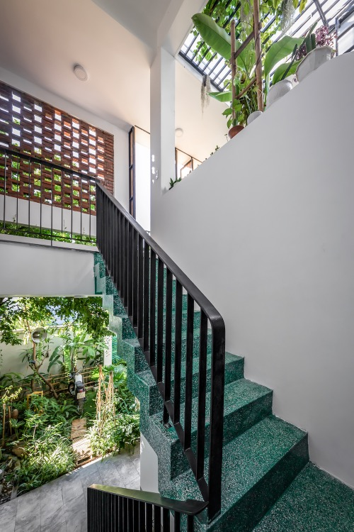 The house also has some small gardens under the voids. Beside the aesthetic factor, these voids are also combined with the door systems to form ventilation systems, air convection which is very important for the house.