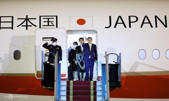 Japanese PM Suga arrives in Hanoi