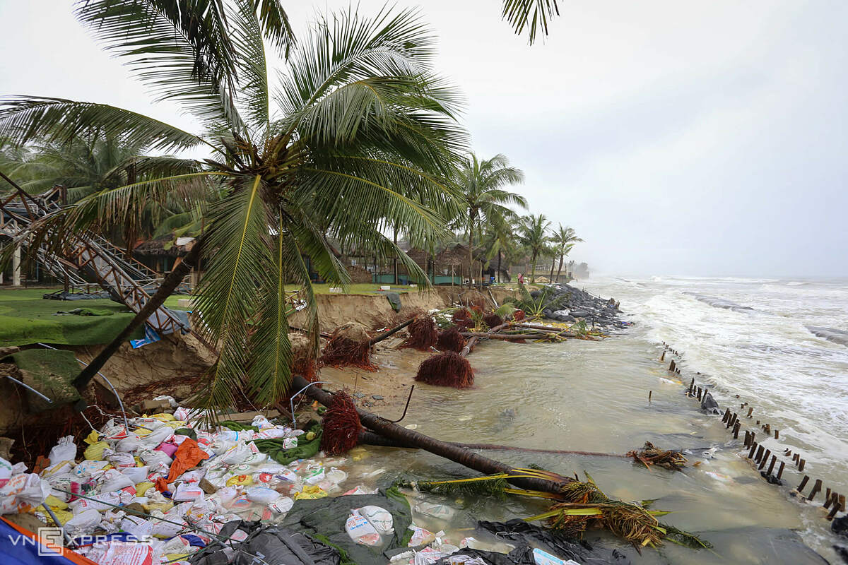 More than 10 coconut trees at a seafood restaurant were blown away by the strong waves. Earlier, a concrete embankment was previously built but was also knocked down by strong waves, said a caretaker of the restaurant.