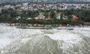 Downpours, strong waves devastate Hoi An beach