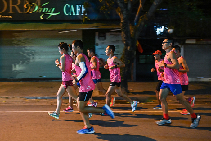 Runners on outfit of VnExpress Marathon Hanoi Midnight run through the central streets on the evening of October 7. Photo by: Giang Huy.