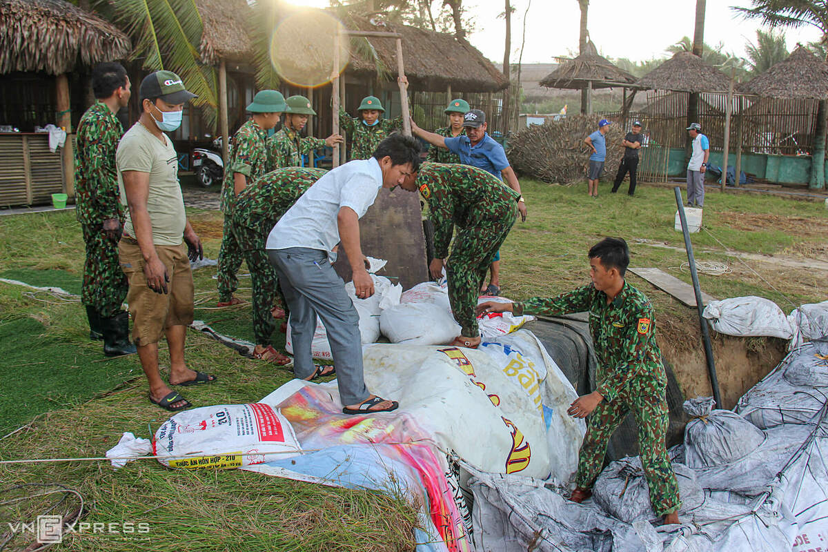 On Tuesday morning, the Hoi An government mobilized more than 100 people, including soldiers, to use sacks of sand to fight erosion along Cua Dai beach. Work is expected to last for three days.