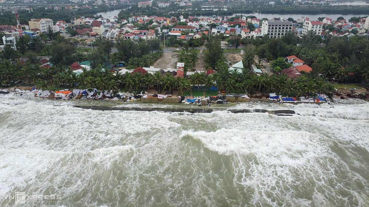 In recent days, the 7.5-kilometer-long Cua Dai beach, a famous tourist destination in the ancient town of Hoi An, has been severely eroded as strong waves have demolished a soft embankment supported by large sacks of sand. Dozens of restaurants and seaside resorts have been washed away, hurting the local tourism.
