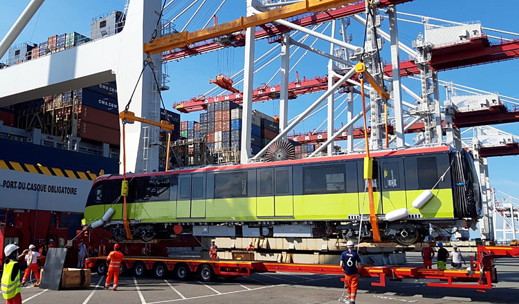 The first of a total 10 trains of the Nhon-Hanoi Railway Station route was transported by ship from Dunkirk Port (France) on September 9. During the journey, the ship docked at Klang Port (Malaysia) before reaching Vietnam.