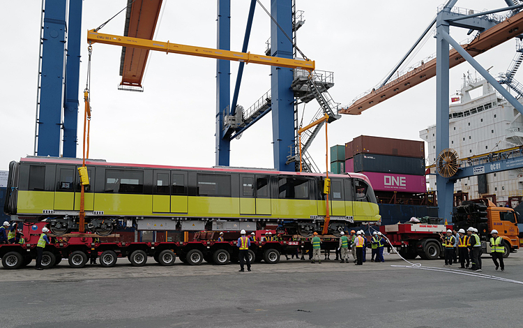 After four hours, the unloading at the port has completed. Specialized vehicles were ready to take the train to Hanoi.