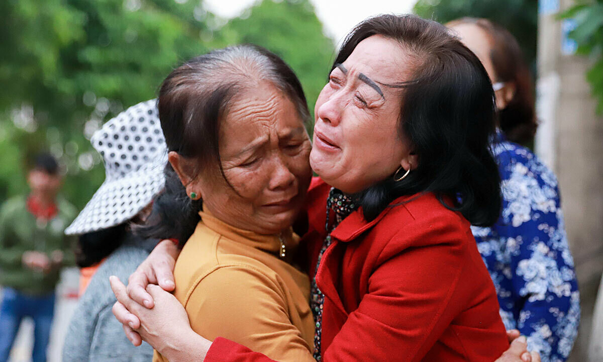 Ly (R) could not stop crying following her sons death. Photo by VnExpress/Nguyen Dong.