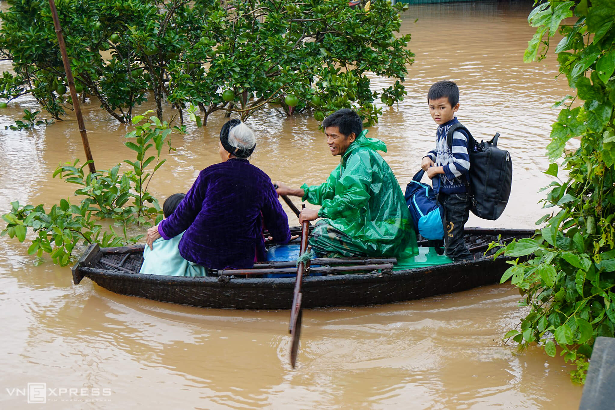 Central Vietnam scrambles to cope with worsening floods