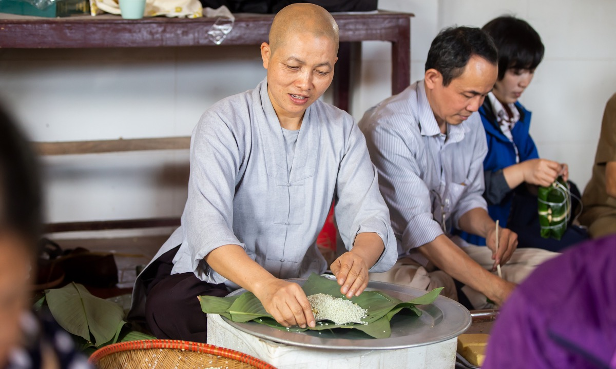 As of October 22, 7,000 banh chung have been made and sent to flood-hit victims in the central provinces of Thua Thien - Hue, Quang Binh, Quang Tri, Ha Tinhh.In the photo, Thich Tinh Quan, head monk of Dinh Quan Pagoda, puts sticky rice onto leaves before wrapping a banh chung.We are touched when seeing monks in Hue prepare food for people in flooded areas because they cannot cook. So we cook these banh chung to share the burdens of our people, the head monk said, adding the food is tasty, clean, and keeps people feeling full longer.