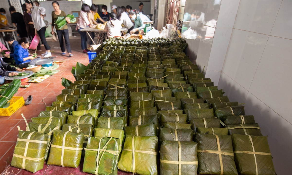 These banh chung will be brought to central Vietnam by a sponsored flight.