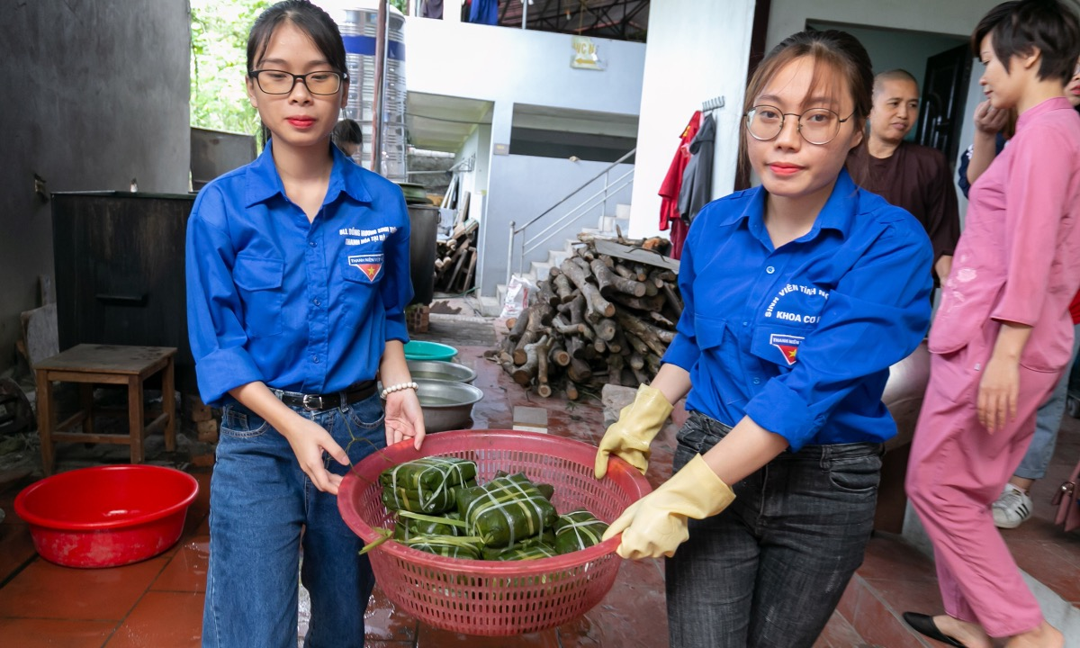 I read and watched the news about the flood in the central provinces and I feel sorry. When my faculty launched the campaign helping people in the central, I registered immediately, said Nguyen Huong Giang (R), student at the Faculty of Mechanical Engineering, Hanoi University of Technology.
