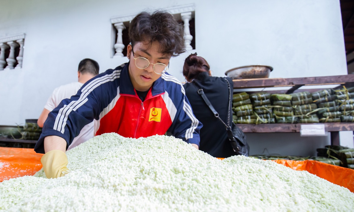 I come here at 5.30 a.m. and have worked since then. I am tired but feel happy because I know what I am doing is meaningful to people in the central, said Nguyen Duc Chung, sophomore at the Faculty of Mechanical Engineering, Hanoi University of Technology.