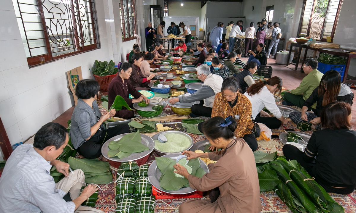 On the morning of October 21, hundreds of people come to Dinh Quan Pagoda in Hanoi's Bac Tu Liem District to cook the traditional banh chung, a square-shaped pack of sticky rice with meat and bean fillings wrapped in green leaves and usually popular in Tet (Vietnamese Lunar New Year).