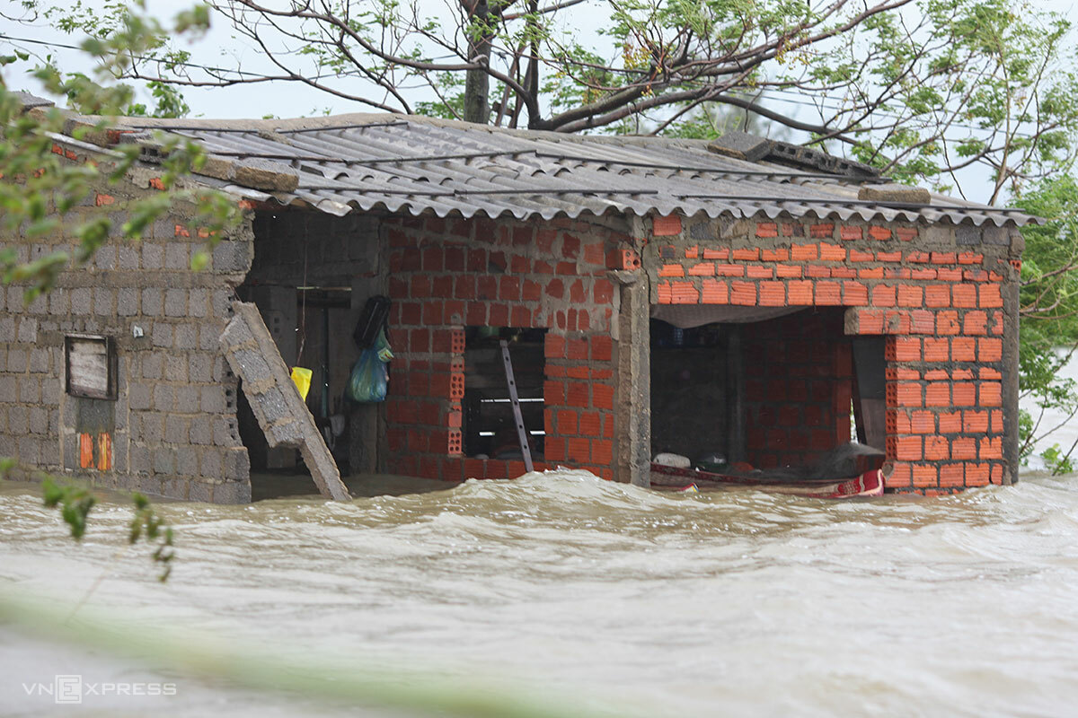 Hoang Tan Trongs house is flooded in Quang Binh Province, October 21, 2020. Photo by VnExpress/Nguyen Dong.