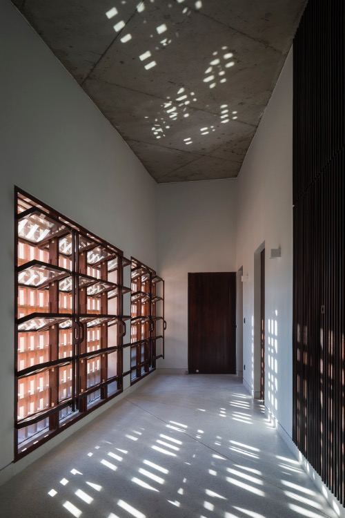 The outer wall creates light effects on the second floor.
