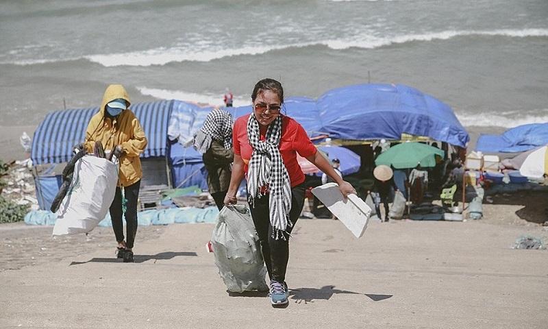 Cuc picks up trash at a beach. Photo courtesy of Giang Thi Kim Cuc.