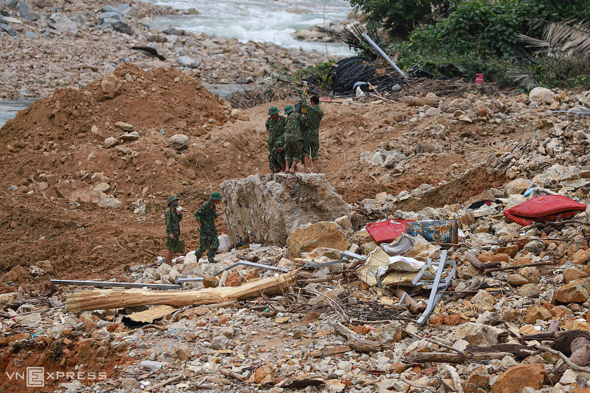 Rescue forces suspected there are still some workers buried near the stream area, they tried to destroy large rocks to find the missing victims lying below.