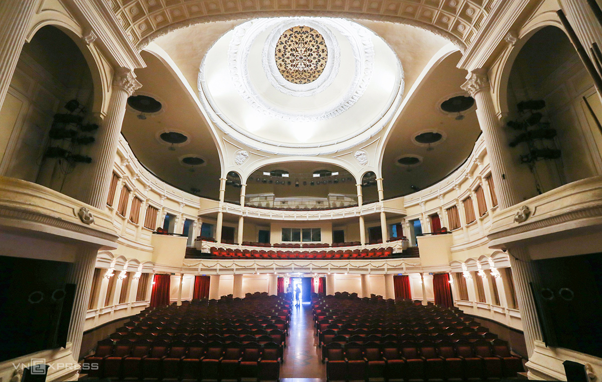 The architecture inside the Saigon Opera House. Photo by VnExpress/Quynh Tran