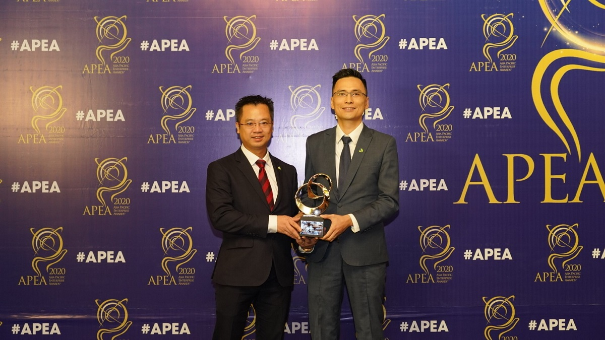 Dinh Xuan Cuong (left) received Corporate Excellence Award at Asia Pacific Enterprise Award 2020 (APEA).