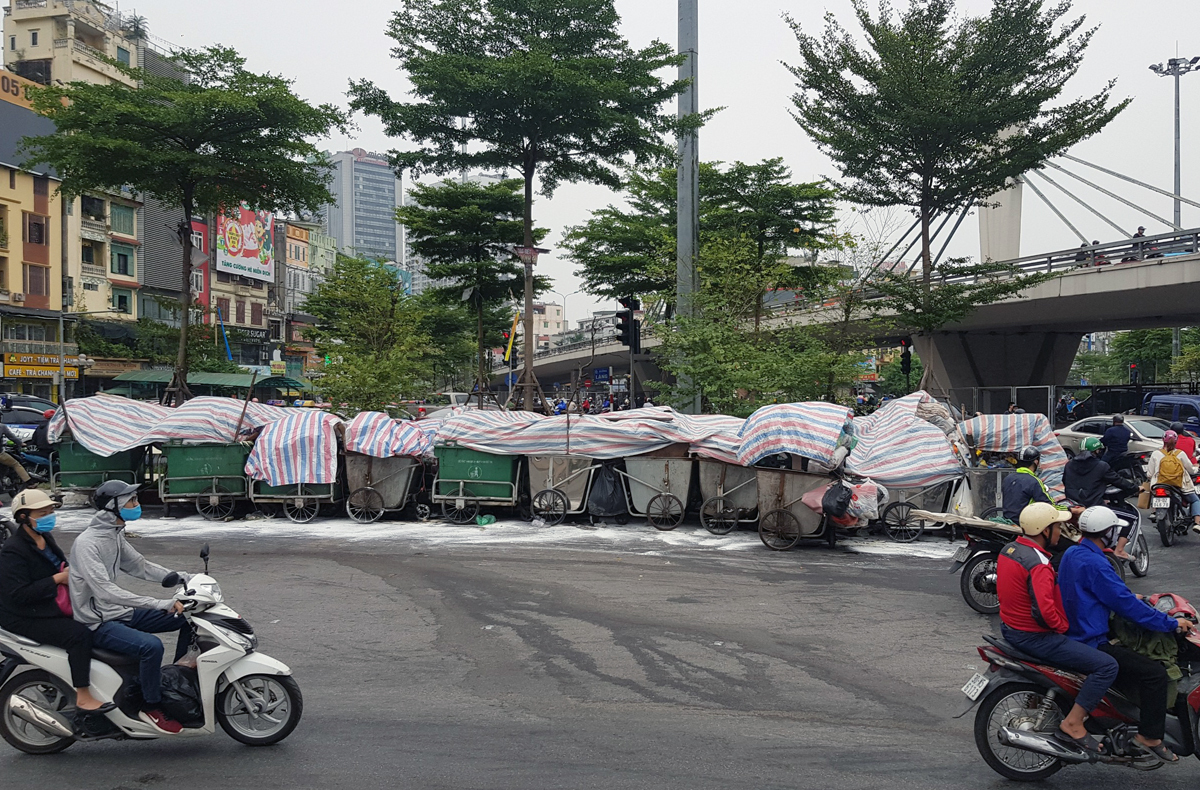 Garbage carts near Nga Tu So Intersection on the afternoon of October 25, 2020. Photo by VnExprress/Tat Dinh.
