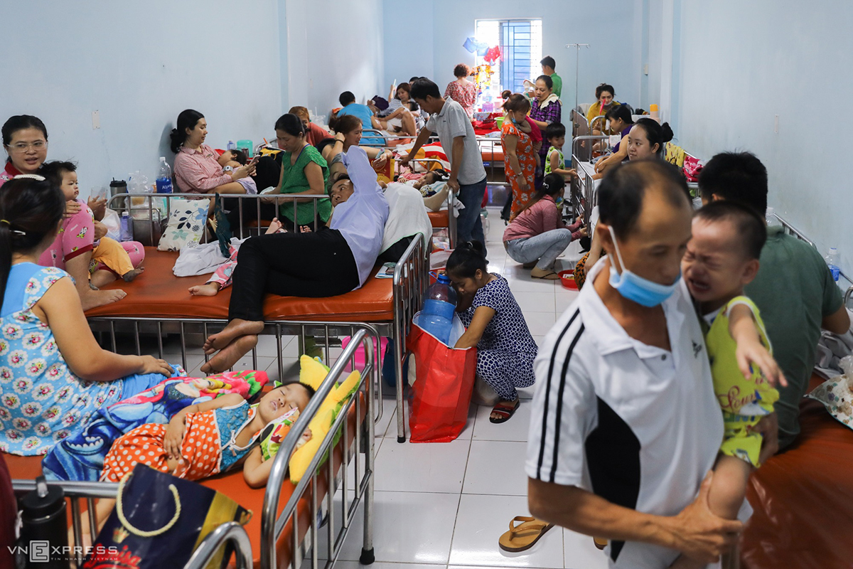 A room of 30 square meters used for treating hand-foot-mouth patients at the hospital. Normally two patients must share one bed.