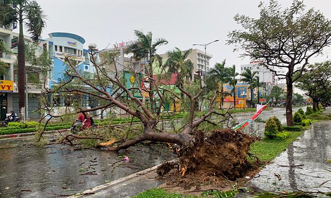 Giant storm Molave barrels down on central Vietnam
