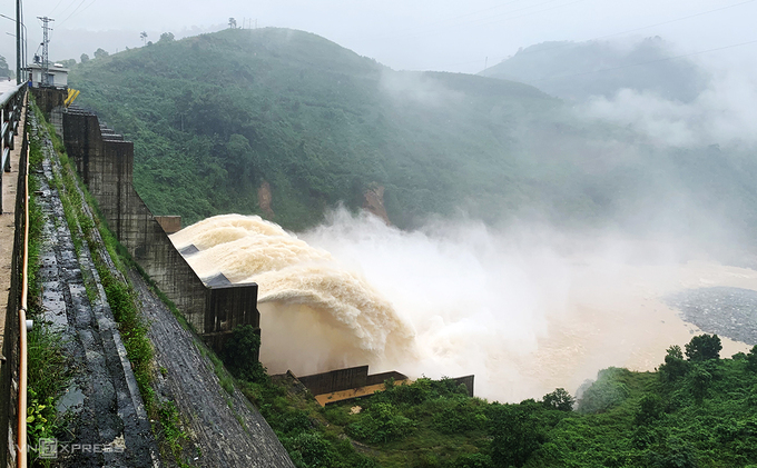 Dak Mi 4 hydropower plant in Quang Nam Province discharges water on October 13, 2020. Photo by VnExpress/Dac Thanh.
