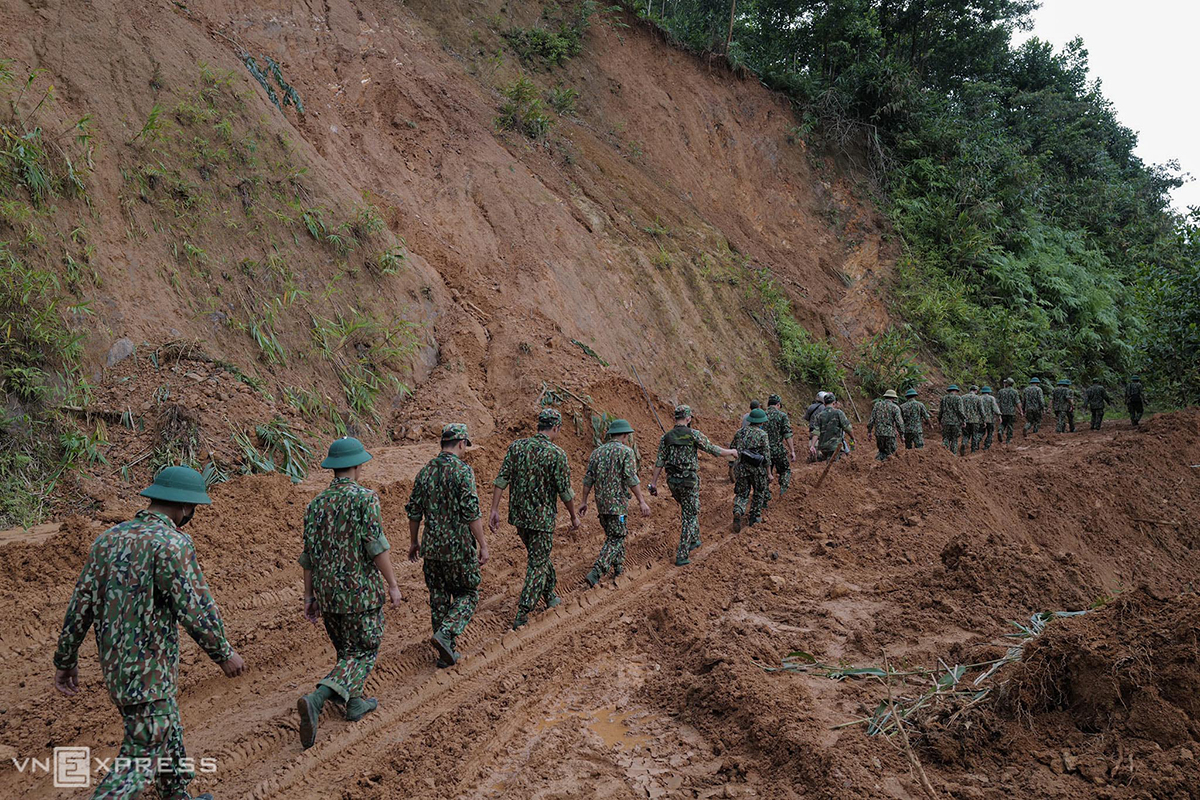 Soldiers of central Quang Nam Province are on their way to Village No.1 of Tra Leng Commune, Nam Tra My District on Monday where a landslide took place in the afternoon of Wednesday.  The accident, triggered by torrential rains from Storm Molave, had buried 53 people in the commune. Of them, six are confirmed dead, 34 have survived. On the morning of Friday, two bodies have been found, and 11 are still missing.