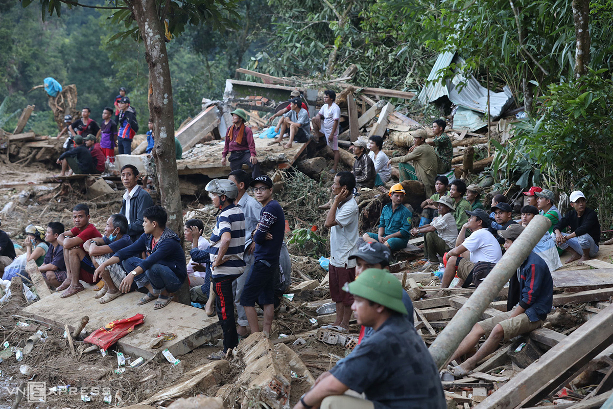 Before the rescue force arrives, more than 100 local residents in the area have rushed to the scene to search for the victims.