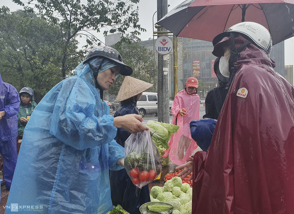 Despite heavy rains, many try to buy as much food as possible for stockpiling in case the flooding last for days.At 10 a.m. on Friday, rainfall was measured at 300 mm in Ha Tinh Town.