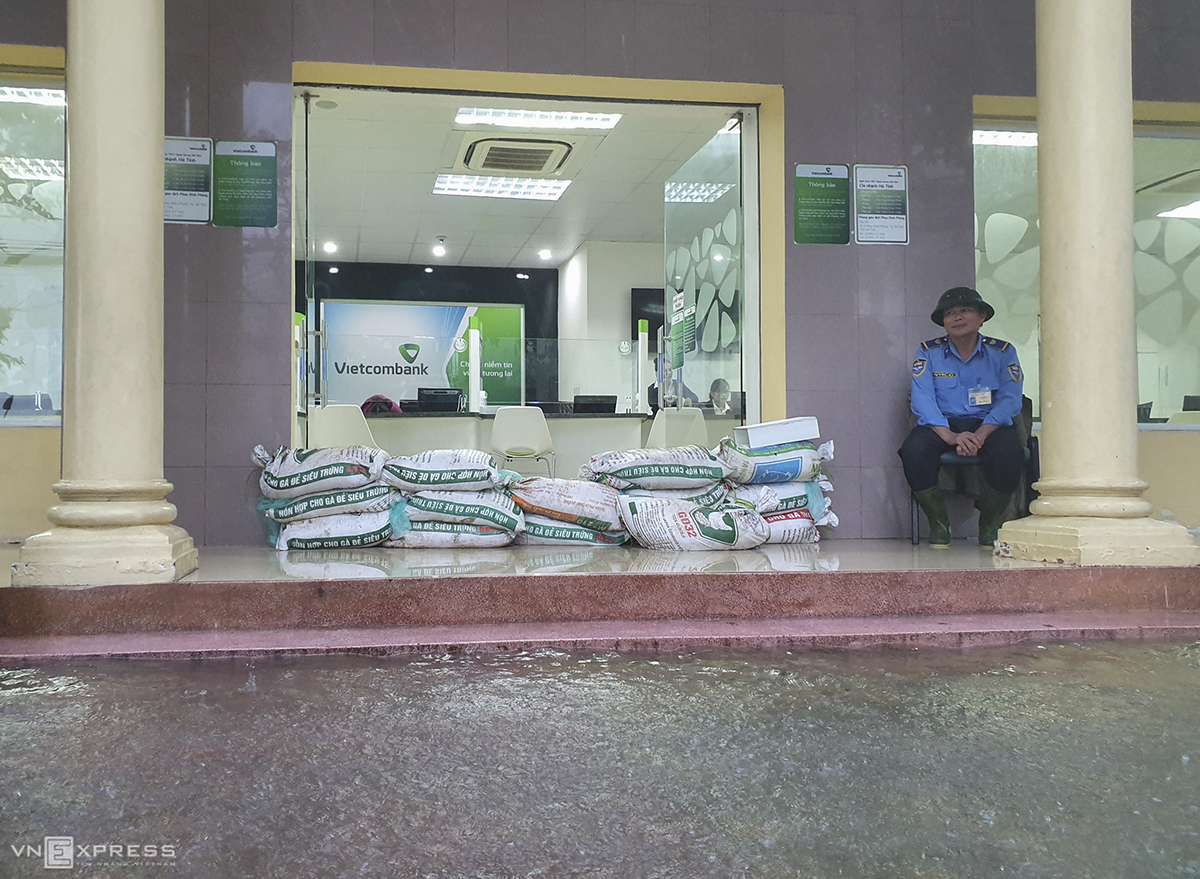 Staff at an office of Vietcombank in Ha Tinh Town have placed tens of sand bags at the office's front door to prevent flood waters.Before Molave, the central region had already hit by prolonged heavy rains, historic flooding and deadly landslides for three weeks from October 6.At least 230 people have died during floods and landslides triggered by storms and heavy rains in central Vietnam this month, Prime Minister Nguyen Xuan Phuc said at a meeting Friday.