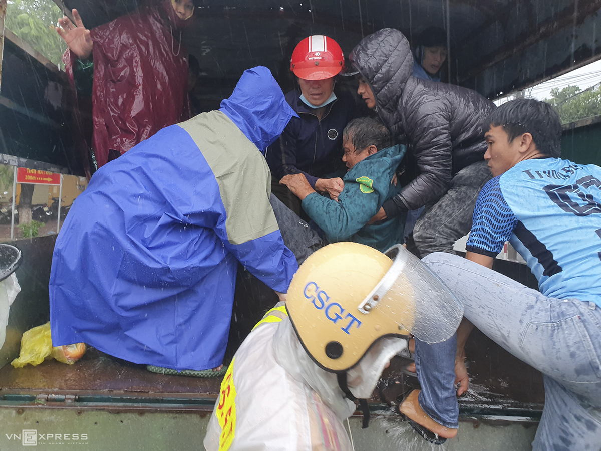 In Ha Tinh Province, functional forces have rushed to evacuate patients at Ha Tinh General Hospital to safety after the Hai Thuong Lan Ong Street in front of the hospital is submerged by 0.5-1 meters on Friday.