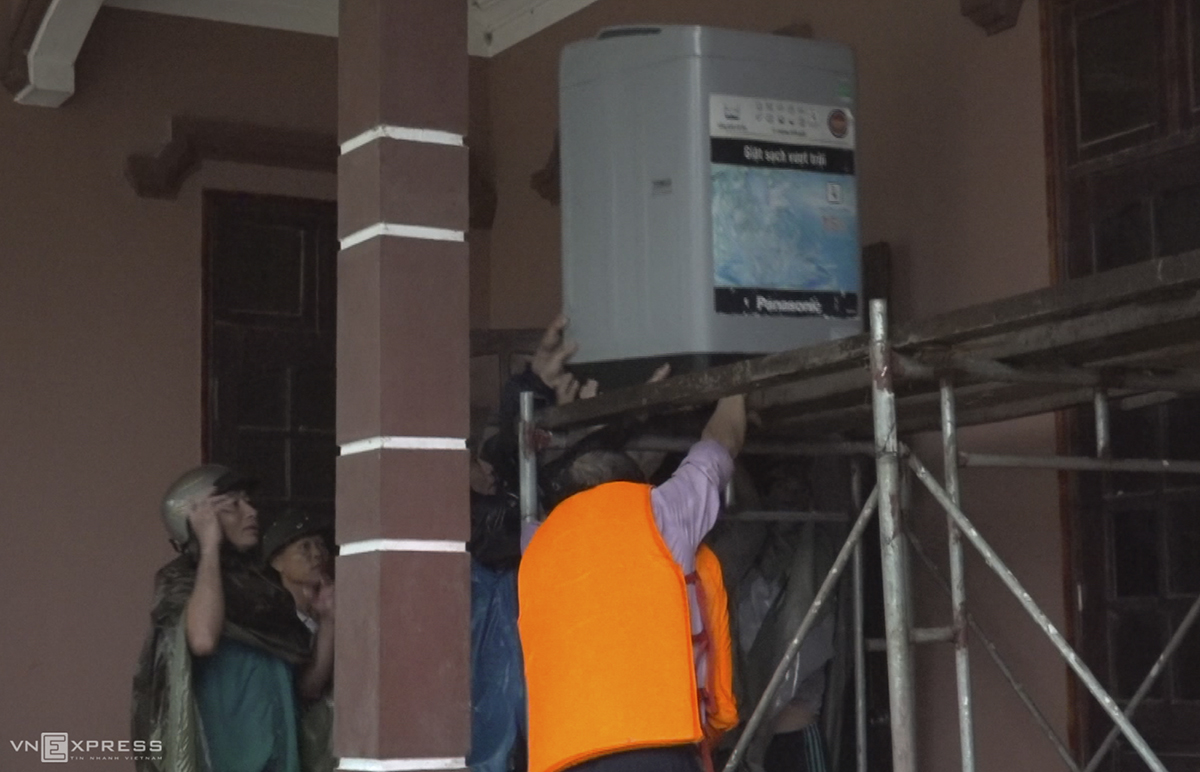 Functional forces help a family in Quang Son Commune of Do Luong District prop up a washing machine.