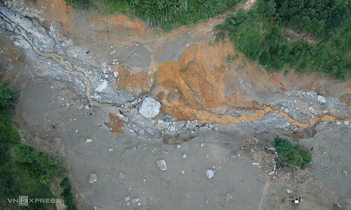 Soil and rocks after the landslide at Tra Leng Commune. Photo by VnExpress/Ngoc Thanh.