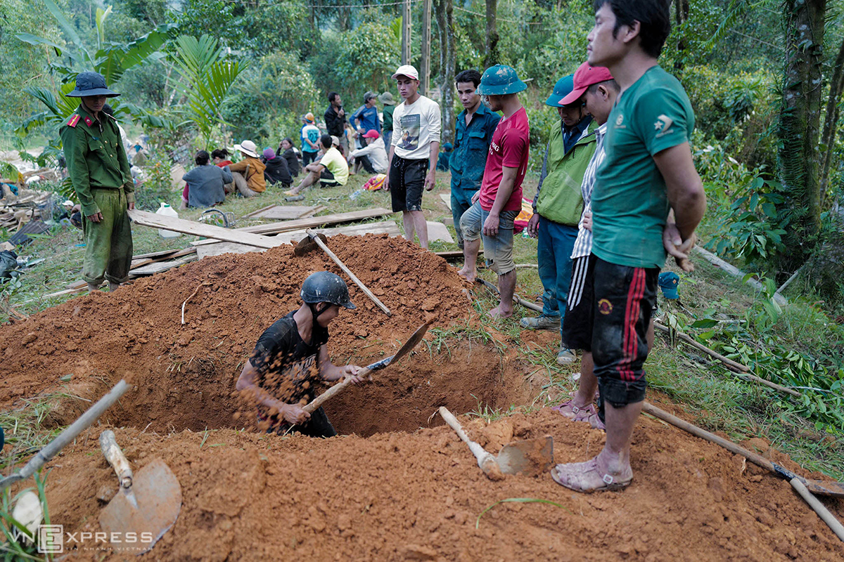 Locals dig up graves to bury Quang Nam landslide victims whose bodies have been found in October, 2020. Photo by VnExpress/Ngoc Thanh.
